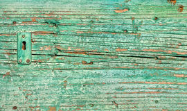 Närbild på låset av en gammal grön trädörr Arkivbilder