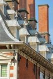 Närbild på taket av stadshuset Stadhuis med detaljer av carvings royaltyfri fotografi