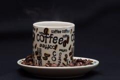 Närbild per koppen av bakgrund för svart kaffe Arkivfoto