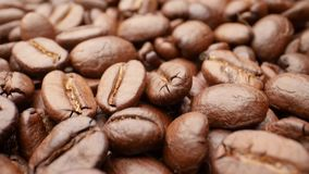 Närbild släta rörande grillade kaffebönor arkivfilmer