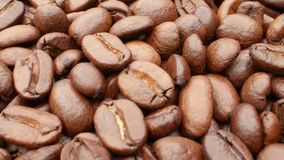 Närbild släta rörande grillade kaffebönor stock video