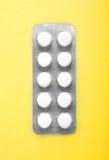 Närbild som förpackar för preventivpillerar på en gul bakgrund Prescripted förgiftar, minnestavlor, smärtstillande medel i en kap Arkivbilder