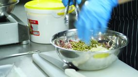 Närbild som lagar mat grönsaksallad med majonnäs i en metallbunke, salladbunke kocken blandar alla ingredienser, sätter arkivfilmer