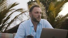 Närbild som skjutas av den lyckliga le Caucasian affärsmannen som använder bärbara datorn och kontrollerar den smarta klockan und stock video