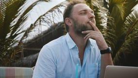 Närbild som skjutas av den lyckliga le manliga idérika frilans- arbetaren som använder bärbara datorn och att arbeta direktanslut arkivfilmer