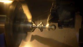 Närbild som skjutas av drejbänken i operationen som klipper och bearbetar av metalldelen arkivfilmer