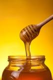 Närbild som skjutas av skopan med flödande honung arkivfoton