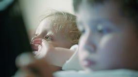 Närbild som skjutas av två pojkar stock video