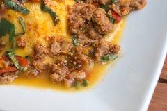 Närbild thailändsk matstil: & x22; Khai Khon Lab Mhoo & x22; förvanskade ägg Arkivfoton