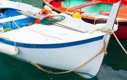 Närbild två förtöjde traditionella europeiska fiskebåtar arkivfoton