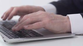 Närbildaffärsmannen räcker maskinskrivningrapporten på bärbara datorn i regeringsställning, internetprojektet arkivfilmer