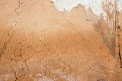 Närbildbakgrund av murbruk täckte den sjaskiga gamla slitna väggen, horisontalgrov abstrakt yttersidatextur arkivbild