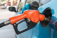 Närbildbil som tankar på en bensinstation Royaltyfri Foto