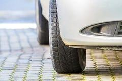 Närbildbild av bilhjulet med det svarta rubber gummihjulet Arkivbild