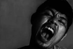 Närbildbild av den ilskna man'sframsidan royaltyfri bild