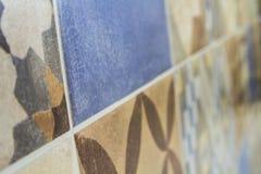 Närbildbild av färgrika keramiska tegelplattor på väggen royaltyfri foto