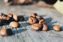 Närbildbild av grillade kaffebönor Arkivbilder