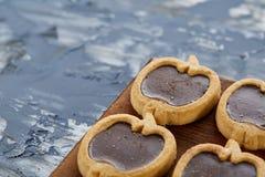 Närbildbild för bästa sikt av smakliga kakor på skärbrädan, grunt djup av fältet, selektiv fokus royaltyfri foto