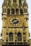 Närbildblick av den rathaustornet och klockan i Munich, Tyskland royaltyfria bilder