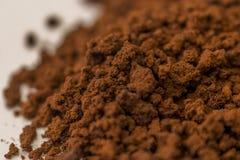 Närbildbrunt granulate av ögonblickligt kaffe Royaltyfria Bilder