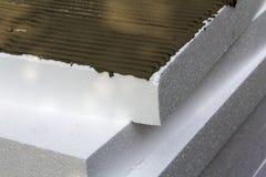 Närbilddetaljen av bunten av vitt styvt polyuretanpolystyren täcker med applicerat lim för husisolering Modern teknologi, r arkivbild