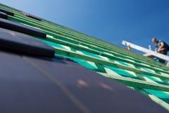 Närbilddetaljen av grå färger kritiserar tegelplattor på taket royaltyfria bilder