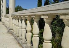 Närbilddetaljer av balustraden, vita marmorkolonner som är upplysta vid solen Royaltyfri Foto