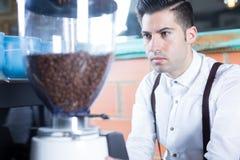 Närbilden av bartendern maler kaffebönor Royaltyfri Bild