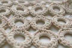 Närbilden av den flätade kabelmodellen ringer på vit texturerad backgro Royaltyfria Foton