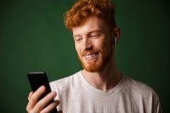 Närbilden av den unga gladlynta lockiga rödhåriga mannen uppsökte den unga mannen, lista Royaltyfria Bilder
