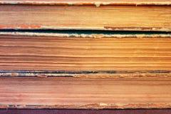 Närbilden av en bunt av gammal tappning bokar Åldrats arkiv, retro, a Arkivbild