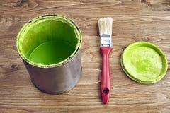 Närbilden av en grön målarfärg kan och borsten Arkivfoton