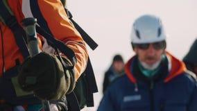 Närbilden av en grupp av klättrare som utrustas allvarligt med utrustning, förbigår de kameran stock video