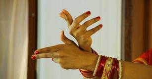 Närbilden av en hand för kvinna` som s gör en Bharatanatyam att göra en gest, kallade Ardhapataka på svart bakgrund Arkivfoto
