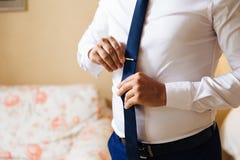 Närbilden av en kantjusterad ram av en spenslig affärsman i en moderiktig dräkt som bär mörk byxa och en vit skjorta, är fotografering för bildbyråer