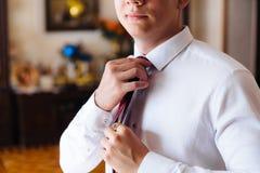 Närbilden av en kantjusterad ram av en spenslig affärsman i en moderiktig dräkt som bär mörk byxa och en vit skjorta, är royaltyfri foto