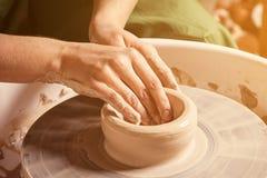 Närbilden av en keramiker hugger Royaltyfria Foton