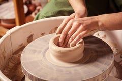 Närbilden av en keramiker hugger Royaltyfri Foto