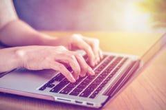 Närbilden av en kvinnlig ` s räcker att skriva ett tangentbord för bärbar dator` s arkivbilder