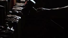 Närbilden av en robust hand för man` s tar en metallhammare på en mörk bakgrund i ultrarapid Smeden tar hans handhammare stock video