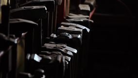 Närbilden av en robust hand för man` s tar en metallhammare på en mörk bakgrund i ultrarapid Smeden tar hans handhammare arkivfilmer