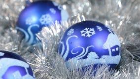Närbilden av en rotation fyra av blå jul klumpa ihop sig Jul bakgrund, glitter arkivfilmer