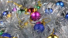 Närbilden av en rotation av mång--färgad jul klumpa ihop sig Jul bakgrund, glitter stock video