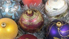 Närbilden av en rotation av mång--färgad jul klumpa ihop sig Jul bakgrund, glitter lager videofilmer