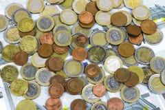 Närbilden av Eurosedlar och myntar Arkivbild