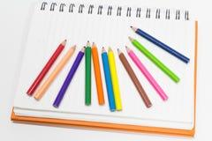 Närbilden av färgar ritar, bevattnar färgar royaltyfria foton