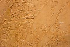 Närbilden av färgrik guld- brons rappade den ojämna stuckaturväggen Abstrakt textur, kaotisk kopieringsutrymmebakgrund dekorativt royaltyfria foton