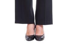 Närbilden av fot för affärskvinnan som bär svart, skor den stående togen arkivbilder