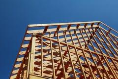 Närbilden av gaveltaket på pinnen byggde hem under konstruktion och blå himmel royaltyfri foto