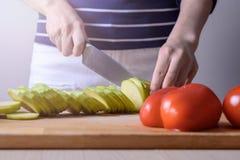 Närbilden av händer för hemmafru` s klippte produkter för att laga mat sund mat begreppet av matlagning, näring, icke-GMO Royaltyfria Foton
